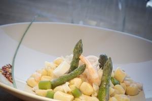 Gnocchetti al battuto di gamberi, calamari e asparagi